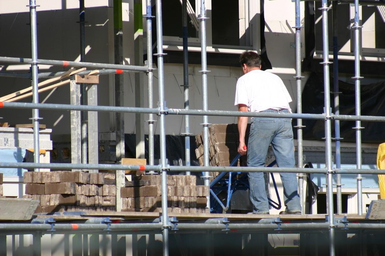 Na co należy zwracać szczególną uwagę, zatrudniając firmę budowlaną